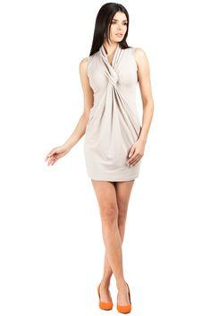 OpisDopasowana mini sukienka bez rękawów w kolorze beżowym. Dekolt szalowy ze splotem na wysokości biustu.  #modadamska #moda #sukienkikoktajlowe #sukienkiletnie #sukienka #suknia #sukienkiwieczorowe #sukienkinawesele #allettante.pl
