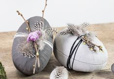 Make your own DIY easter eggs decorated with concrete paint. Rustic concrete Easter eggs are decorative on the outside and offer a tasty surprise on the insi. Easter Cookies, Easter Treats, Easter Gift, Happy Easter, Egg Tree, Diy Ostern, Easter Table Decorations, Spring Projects, Diy Projects