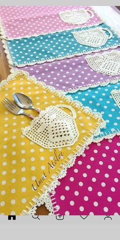 We host Thanksgiving, i'd love to make fall themed ones 🦃 Love this idea for tea sachets Could make with paper and glue or color with paint or crayons Nice idea no pattern How cute are these placemats? Crochet Kitchen, Crochet Home, Crochet Crafts, Crochet Doilies, Fabric Crafts, Crochet Projects, Sewing Crafts, Knit Crochet, Sewing Projects