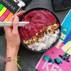 Brekkie (2 bananas, 1/2 avocado, 1/2 beetroot blended together) for this delicious creamy bowl topped with shredded coconut and @blend_co