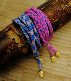 bungee-cord bracelet Diy Jewelry, Jewelry Accessories, Jewelry Making, Jewlery, Fun Easy Crafts, Crafts For Kids, Bungee Cord, Paracord Projects, Tribal Necklace