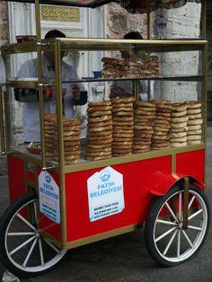 パン屋さん ロンドンでもよく近くのトルコのスーパーマーケットでパンを買うけど、ゴマがのっていて生地も軽く飽きない味。パンの他にスペインのチュロスのようなドーナッツやスポンジケーキを売っているところもある。 #トルコ料理 #トルコ観光 #イスタンブール
