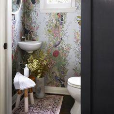 Small Bathroom Makeovers That Give Us Hope/lavabo pequeno Small Room Design, Bathroom Design Small, Modern Bathroom, Bathroom Designs, Master Bathroom, Minimalist Bathroom, Small Vintage Bathroom, Narrow Bathroom, Simple Bathroom