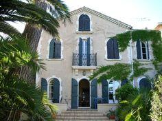 House in Toulon, France. Idéalement située dans un secteur très résidentiel de Toulon en bord de mer avec accès direct à la plage, cette maison fin  XIXème allie le charme de l'ancien avec le confort le plus moderne   .Un jardin ombragé s'étend entre la maison et la mer .