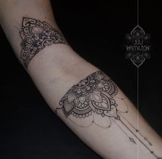 35 trendy tattoo arm band snake You are in the right place about tattoo arm tjej Here we offer you t Pin Up Tattoos, Trendy Tattoos, Finger Tattoos, Body Art Tattoos, New Tattoos, Hand Tattoos, Sleeve Tattoos, Cool Tattoos, Tattoos For Women Small