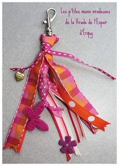 Porte-clés grigri rose et orange. Cute Crafts, Diy And Crafts, Diy For Kids, Crafts For Kids, Fete Ideas, Presents For Mum, Beaded Bookmarks, Diy Keychain, Mother's Day Diy