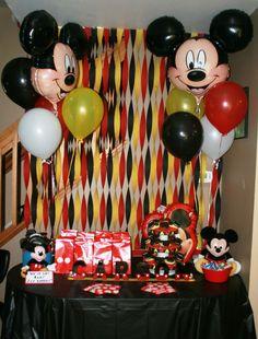 Fondo de Mesa de postres de fiesta Mickey Mouse Decorado con serpentinas de colores negro, rojo y amarillo, sencillo y decorativo. #FiestaMickeyMouse