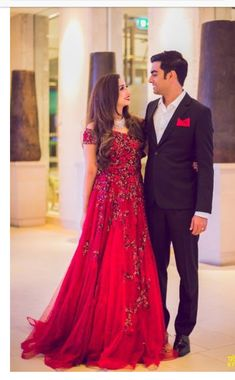 ideas for wedding indian gowns receptions saree Indian Reception Dress, Wedding Reception Gowns, Reception Sarees, Indian Wedding Gowns, Indian Bridal Outfits, Indian Gowns Dresses, Bridal Dresses, Red Gowns, Wedding Wear