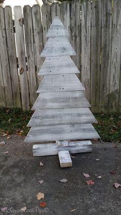 Making a pallet Christmas tree is easy, even if you don't have pallet wood. I used reclaimed fence boards to make this indoor outdoor Christmas tree. Wooden Xmas Trees, Pallet Wood Christmas Tree, Wooden Christmas Decorations, Diy Christmas Ornaments, Christmas Projects, Christmas Ideas, Outdoor Christmas Trees, Holiday Crafts, Holiday Ideas
