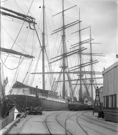 "🇳🇿 A four masted sailing ship berthed at the wharf (Auckland, New Zealand, circa 1900 From ""Sir George Grey Special Collections, Auckland Libraries, Ireland Vacation, Ireland Travel, Sailing Courses, Old Sailing Ships, Uss Constitution, Victorian Life, Merchant Navy, Vintage Boats, Ireland Landscape"
