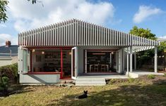 Split Villa, a Renovated Family-House in Auckland by Pac Studio Ultra Modern Homes, Timber Screens, Wooden Screen, Hip Roof, Loft House, Exterior House Colors, Exterior Paint, House Extensions, Wooden House