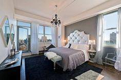 Lampada Bourgie di Ferruccio Laviani e sedia Louis Ghost di Philippe Starck per una camera da letto classica ma attuale.