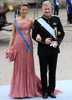 Principes Felipe y Matilde de Bélgica que lució un vestido de seda y 'jacquard' de organza en tonos florarles, de Giorgio Armani Privé.