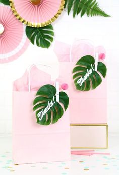 Party Favor Gift Bags Simple and adorable tropical party favor gift idea! DIY tropical leaf gift bags - so cute!Simple and adorable tropical party favor gift idea! DIY tropical leaf gift bags - so cute! Flamingo Party, Flamingo Birthday, Hawaiian Birthday, Luau Birthday, Hawaiian Party Favors, Fiesta Party Favors, Summer Party Favors, Luau Party Favors, Birthday Gift Bags