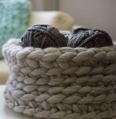 Cette décoration deviendra vite un élément indispensable dans votre intérieur ! Voici un modèle crocheté au doigt en PHIL BIG coloris gris flanelle. Parfait pour accueillir vos objets du quotidien et plein d'autres choses encore !