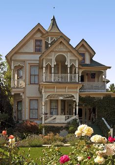 the Fred Goeller House, 234 Riverside Dr, Klamath Falls, Oregon - George Barber was te architect Victorian Architecture, Beautiful Architecture, Beautiful Buildings, Beautiful Homes, Abandoned Houses, Old Houses, Fancy Houses, Victorian Style Homes, Victorian Houses
