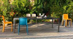 Der Sommer steht vor der Tür. Trendfarben bei uns: Orange und Petrolblau, am liebsten beide zusammen. Zu einem schwarzen Granit- oder Keramiktisch sieht das sehr stylisch aus!