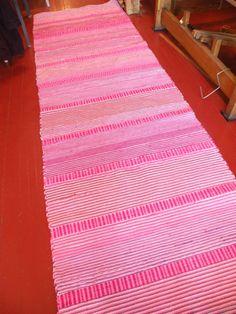 Tarkkaan katsoessa erottaa kapeita valkoisia ja tummemmanpunaisia raitoja, jotka luovat pinkin yleisilmeen.