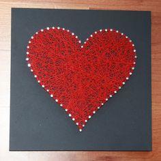 Corazón. Madera lacada en color  gris oscuro. Hilo rojo. Medidas: 20x20 cm. €7.99