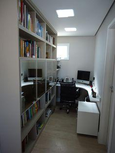 """Home Office Pequeno: O escritório teve melhor aproveitamento  de espaço com uma bancada em """"L"""", otimizando o espaço do ambiente para os livros. Projeto de Claudia Naressi."""