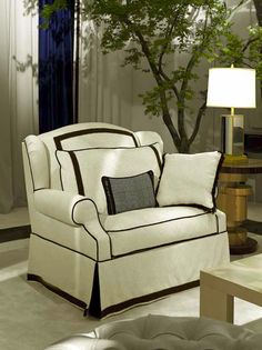 The timeless color combination of black and white gives a striking accent to this elegant armchair that will suit both a classic and a contemporary decor,.