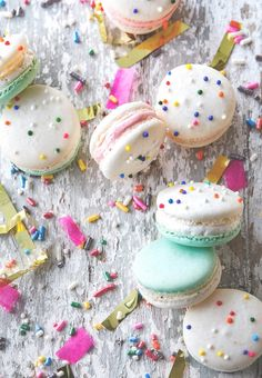 Cake Batter Macarons, these look amazing! Any Party Girls out there love cake batter as much as us? Dessert is our favorite meal and we are not ashamed of that! Just Desserts, Delicious Desserts, Yummy Food, Oreo Desserts, Unique Desserts, Plated Desserts, Cookie Recipes, Dessert Recipes, Pie Recipes