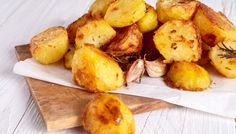 When prepared in a hot water bath, potatoes turn out perfectly cooked. Discover how to make restaurant-worthy sous vide potatoes with these simple recipes! Cooking Roast Potatoes, Perfect Roast Potatoes, How To Cook Potatoes, Roasted Potato Recipes, Roasted Potatoes, Lemon Potatoes, Healthy Potatoes, Russet Potatoes, Humble Potato