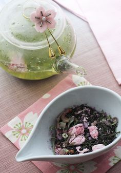 Green tea leaves with pink petals of cherry blossoms 桜緑茶
