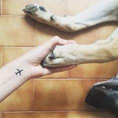 Este diminuto avión:   41 Tatuajes perfectos para cualquiera que ame viajar