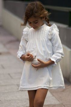 Nuestro clásico de estrellas grises sin Lazo...               Aquí con el Lazo sujeto al botón del cuello.            Así queda con nuest... Cute Little Girl Dresses, Little Girl Models, Dresses Kids Girl, Cute Girl Outfits, Cute Outfits For Kids, Little Girl Fashion, Girls, Baby Girl Dress Patterns, Baby Dress