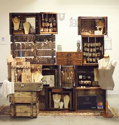 Jewelry booth display using old wooden crates - knobs on aged boards to hang jewelry pieces ♥ by proteamundi Craft Fair Displays, Craft Booths, Displays For Craft Shows, Jewelry Booth, Hang Jewelry, Jewelry Storage, Jewelry Holder, Jewelry Drawer, Jewelry Armoire