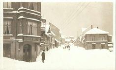 Troms fylke Harstad. Bymiljø vinter. Bl a Londonerbazar. Folk i gata og mye snø tidlig 1900-tall
