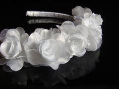 Tiara para daminha ou florista em cetim branco, organza cristal e fita de cetim branco. A tiara acompanha o tamanho da cabeça, super confortável e delicada. R$50,00