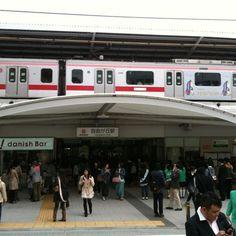 도큐 도요코선과 오이마치선이 교차하는 역. 양끝에 철도건널목이 있고 그 남북쪽 분위기가 제법 다름.