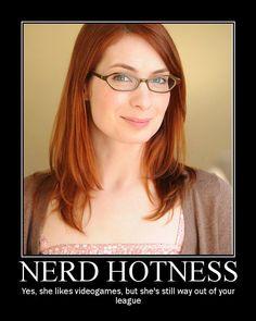 Alyssa flat chested nerd, Dunkle enge nackte Ärsche