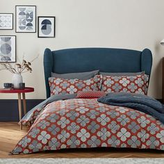 Oska is a contemporary take on a classic Danish design, featuring a retro floral print in bold shades of red and blue.