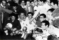 13 de junio de 1956. Los jugadores del Real Madrid celebran la consecución de la primera copa de Europa al vencer al Stade de Reims ppr 4-3. En la fotografía se pueden ver, entre otros a Juanito alonso (con el balón), DiStéfano, Miguel Muñoz, Gento, Joseíto., Rial y Marquitos.