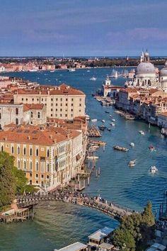 El Gran Canal de Venecia, en primer plano, el Puente de las Academias y al fondo la Iglesia Nuestra Señora de la Salud y la Punta de la Dogana.