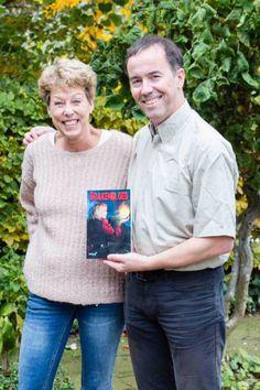 Vormgever Jeroen Mies trots samen met auteur Pepper Kay en het boek Drakenbloed, waar hij de cover van heeft vormgegeven. #pepperkay #jeroenmies #drakenbloed #futurouitgevers #fantasy