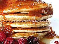 Questi pancake light senza latte e senza uova sono ottimi a colazione o a merenda. Buoni come quelli classici vi sazieranno con poche calorie, segnatevi la ricetta.