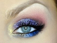 maquillage yeux avec fards à paupières paillettés en bleu