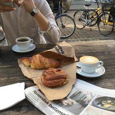 Image de food, coffee, and aesthetic Brunch, Coffee Break, Coffee Time, Café Chocolate, Good Food, Yummy Food, Think Food, Macaron, Aesthetic Food
