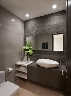 salle de bains grise, miroir mural, une vasque blanche