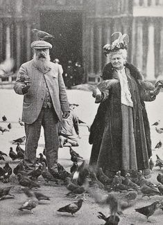 Monsieur & Madame Monet Claude Monet with a pigeon on his head. With Alice Hoschedé Monet in Piazza San Marco, Venice, October 1908 Claude Monet, Silly Photos, Old Photos, Vintage Photos, Vintage Photography, Art Photography, Foto Poster, Famous Artists, Belle Photo