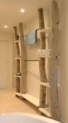 Außergewöhnliches Holz-Regal mit Handtuchhalter sorgt für ein besonderes Feeling.