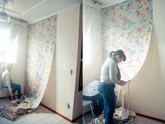 Aplicar tecido na parede é uma opção bastante tentadora na hora de renovar algum cantinho da casa. Isso porque, além de barata, é fácil de fazer.