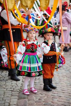 Children in costumes from Lowicz Polish Clothing, Folk Clothing, Folklore, Polish Embroidery, Polish People, Ethnic Outfits, Ethnic Clothes, Polish Folk Art, Costumes Pictures