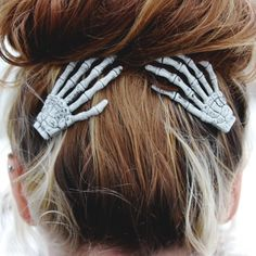Give your hairstyle a spooky factor with the help of these skeleton hand hair clips. The set comes with two left skeleton hands firmly attached to alligator clips with teeth and are hand painted in an off-white color with black and grey detailing. Halloween Outfits, Halloween Makeup, Halloween Clothes, Halloween Hair Clips, Halloween Ideas, Halloween Season, Holiday Clothes, Halloween Fashion, Halloween Jewelry