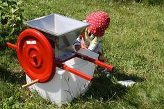 Frugtkværn 10 liter. Kan betjenes - også af de helt små hænder... Nordisk SelvForsyning