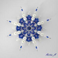 Vánoční hvězda 2014_65 Vánoční hvězdička střední velikosti z plastových a skleněných korálků a perliček v kombinaci královské modré, bílé a stříbrné. Průměr cca 10 cm, díky koncovým očkům lze zavěsit na háček. Pouze 1 ks - originál.